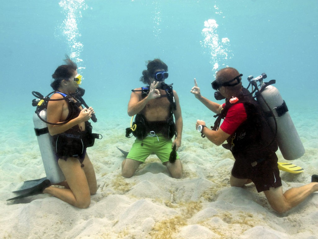 Scuba-lesson-with-a-couple