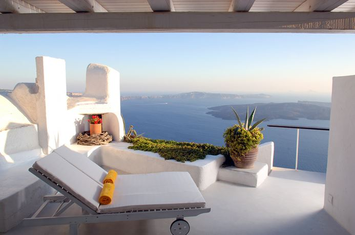 One bedroom villa on Santorini with stunning views of the sea.